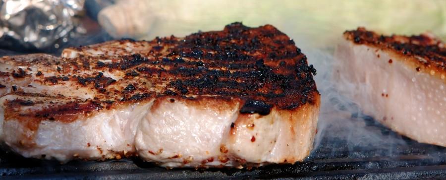 Steaken får hård varme på grillen og derefter interval grilles den