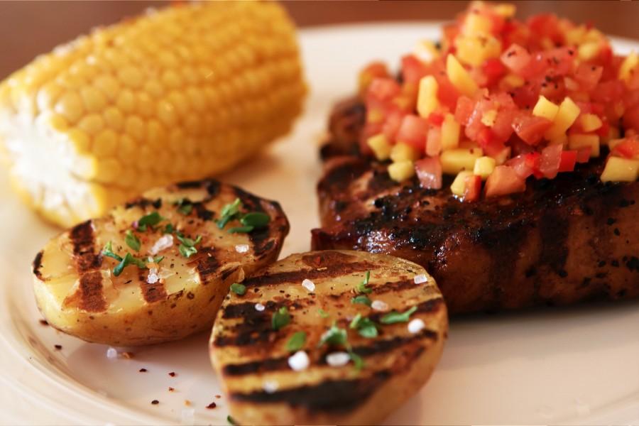 Det færdige resultet: Svine T-Bone på grill med mango salsa og grill-kartoffel
