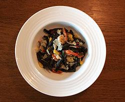 Sort pasta, gul courgette og kæmperejer i krydret marinade