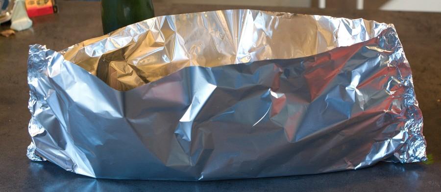 fisken skal pakkes helt tæt i sølvfolie - gerne en kraftig folie