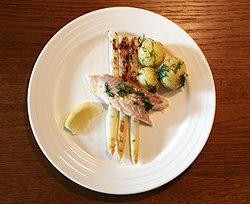 Dampet ørred med grillede hvide asparges og dild-kartofler