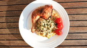 Butterflied rosmarin-kylling med bagte tomater
