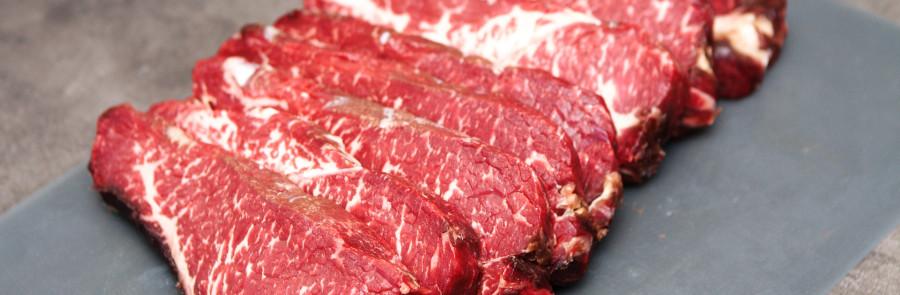 Kødet er skåret til steaks - flot mørkerød farve