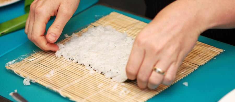 maki rulle - ris puttes på tang arket