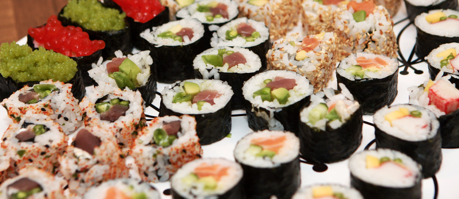 Blandet sushi i lange baner.
