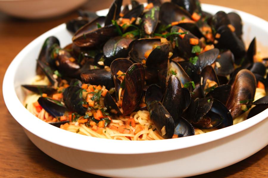 Så er der serveret - dampede blåmuslinger m pasta