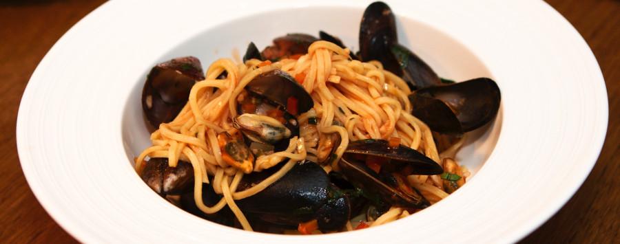 En herlig ret - blåmuslinger i tomat sauce m pasta