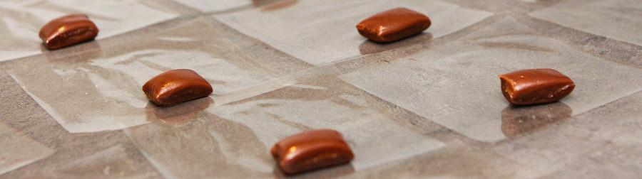 karameller er klippet og klar til at blive pakket i karamelpapir