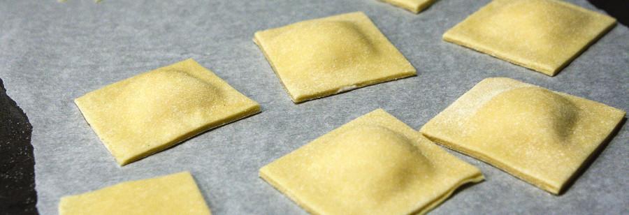 De færdige ravioli klar til at blive kogt