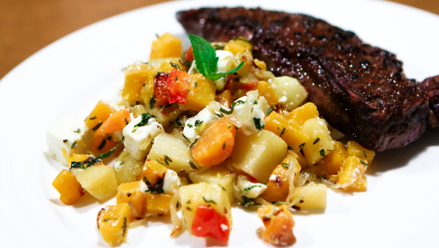 Lækre ovnbagt græskar og kartofler med feta og mynte. Dertil en lækker steak
