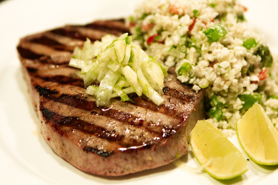 Grillet tun-steak med falsk couscous