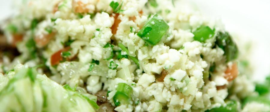 Falsk couscous lavet på blomkål og andet grønt