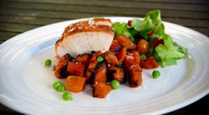 fersken glaseret kylling med sweet-potato tern, håndpillede ærter og salat