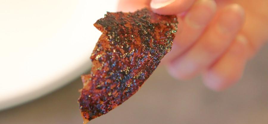Det tynde og sprøde andeskind - farven snyder lidt  (det er ikke sort)