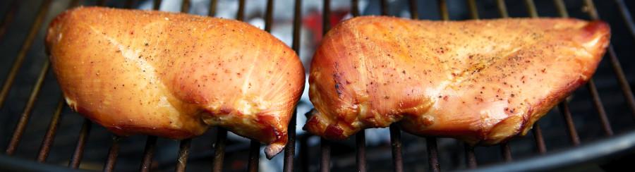 kyllingebryst ligger på grillen og bliver røget