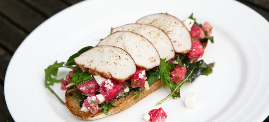 varmrøget kyllingebryst på bund af vandmelon/feta salat og godt brød