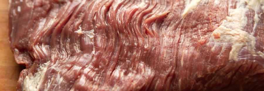 De grove kødfibre i spidsbryst gør at det let kan blive sejt og hårdt
