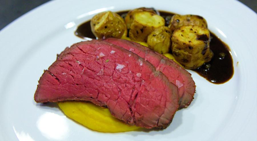 Perfekt roastbeef med græskar creme, grillede kartofler og pebersauce. Enkelt og nemt