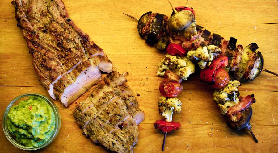 butterflied spicy mørbrad med grillspyd og guacamole
