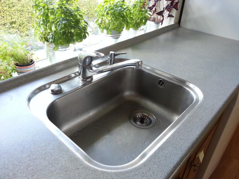 """Sidste gang jeg skal have en vask med denne type """"kant"""" hele vejen rund. Den skal konstant tørres af. Næste vask har også en Quooker installeret"""