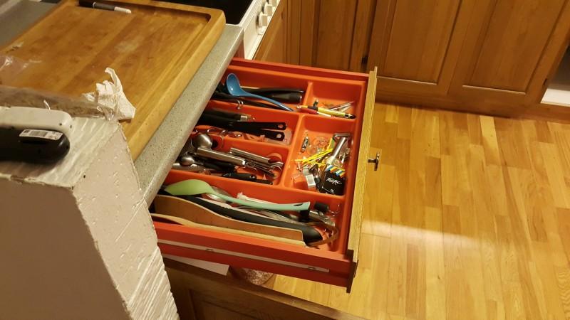 Der var retro (og rod) for alle pengene i det gamle køkken. Orange indmad i skufferne hele vejen rundt.
