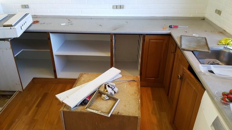Første etape i nedrivningen af det gamle køkken