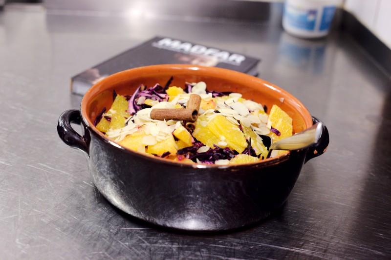 """Thomas """"Madfar"""" har lavet en frisk rødkålsalat med masser af krydderier, appelsin og andre smage til at drille vores vin-smagnings-smagsløg"""