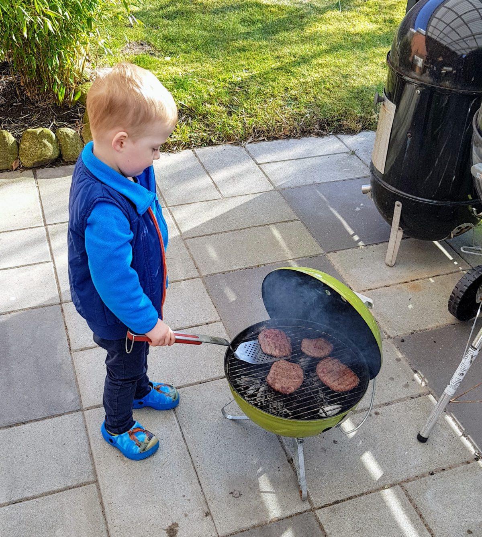 Rasmus, 3år igang med burgerbøfferne på hans grill
